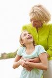 Großmutter, die draußen mit Enkelin spielt Lizenzfreie Stockbilder