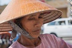 Großmutter, die einen Strohhut trägt Vietnamesische Großmutter in einem str lizenzfreie stockfotos
