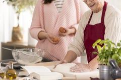 Großmutter, die einen Teig zubereitet stockfoto
