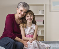 Großmutter, die Enkelin umarmt Lizenzfreies Stockfoto