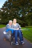 Großmutter, die für behindertes sich interessiert Stockfotos