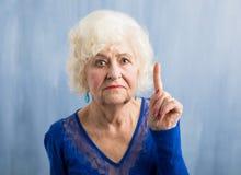 Großmutter, die ihren Finger hochhält lizenzfreie stockfotografie