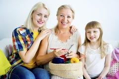 Großmutter, die mit Enkelin strickt lizenzfreie stockfotografie