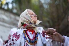 Großmutter, die nationale Kleidung trägt stockfotos
