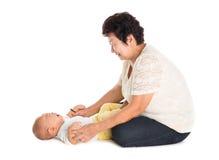 Großmutter, die schreienden Enkel tröstet stockfoto