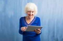 Großmutter, die wie man Tablette lernt, benutzt Stockfotos