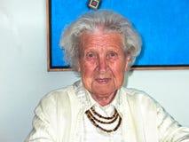 Großmutter in ihrem Haus Stockfotografie