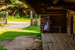 Großmutter Knits im estnischen Freilicht-Museum Lizenzfreie Stockfotos
