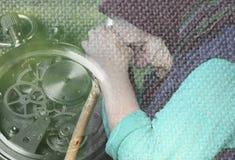 Großmutter lehnte ihren Kopf auf seinen Händen Lizenzfreies Stockfoto