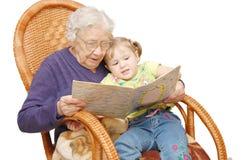 Großmutter liest zur Enkelin Lizenzfreie Stockfotos