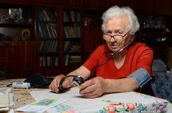 Großmutter misst den Druck Stockfoto