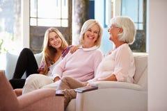 Großmutter mit der Mutter-und Erwachsen-Tochter, die auf Sofa sich entspannt stockfoto