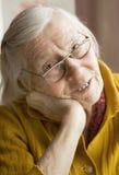 Großmutter mit einer Zeitung Stockbilder
