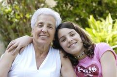 Großmutter mit Enkelin Stockbild