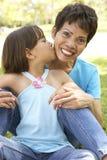 Großmutter mit Enkelin im Park Lizenzfreies Stockbild