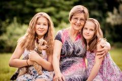 Großmutter mit Enkelkindern stockbilder