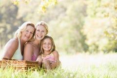 Großmutter mit erwachsener Tochter und Enkelkind lizenzfreies stockfoto