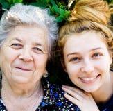 Großmutter mit ihrer großartigen Tochter lizenzfreies stockfoto