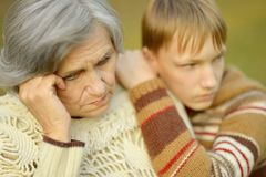 Großmutter mit Jungen Lizenzfreie Stockfotografie
