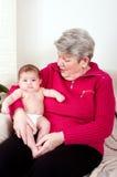 Großmutter mit Schätzchen Lizenzfreies Stockfoto