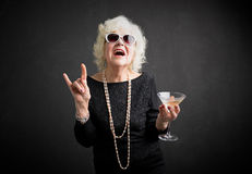 Großmutter mit Sonnenbrille und Getränk in der Hand stockfotos