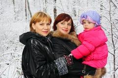 Großmutter, Mutter und Tochter stehen im Holz Stockbild