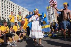 Großmutter tanzt mit schwedischen Fußballfanen Lizenzfreie Stockbilder