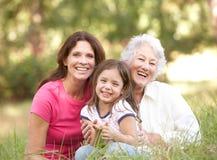 Großmutter, Tochter und Enkelin im Park Lizenzfreies Stockfoto