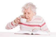 Großmutter trinkt Kaffee Lizenzfreie Stockfotos
