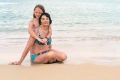 Großmutter umarmt Enkelin an einem sonnigen Tag Gl?ckliches ?lteres Frauenl?cheln o stockbilder