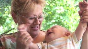 Großmutter und ein Enkelkind 02 stock footage