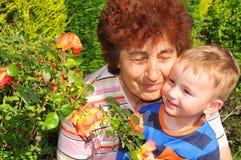 Großmutter und Enkel stockbilder