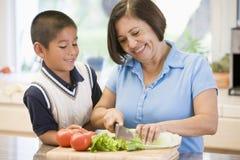 Großmutter und Enkel, die Mahlzeit vorbereiten Lizenzfreies Stockfoto