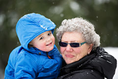 Großmutter und Enkel draußen im Winter Lizenzfreies Stockfoto