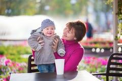 Großmutter und Enkel im Café Lizenzfreies Stockbild