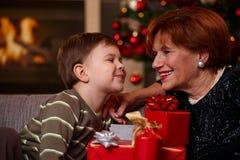 Großmutter und Enkel am Weihnachten Stockbild