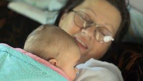 Großmutter und Enkelin stock video footage