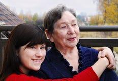 Großmutter und Enkelin auf einem Balkon Lizenzfreies Stockfoto