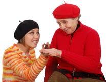 Großmutter und Enkelin bilden einen Kompromiß Stockfotos