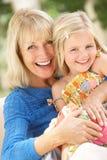 Großmutter und Enkelin, die sich zusammen entspannen lizenzfreies stockfoto