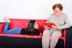 Großmutter und Enkelin, die Tablet-PC verwendet Lizenzfreie Stockbilder
