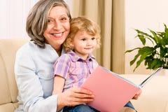 Großmutter und Enkelin lasen Buch zusammen Lizenzfreies Stockbild