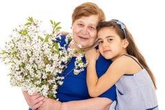 Großmutter und Enkelin mit einem Blumenstrauß Stockfoto