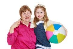 Großmutter- und Enkelinumarmen Stockfoto