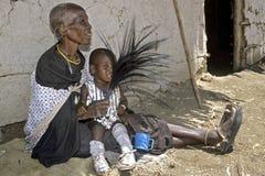 Großmutter und Enkelkind Familienporträt Maasai lizenzfreie stockfotos