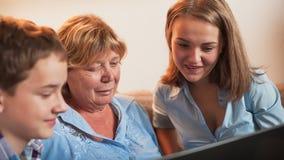 Großmutter und Enkelkinder stock footage