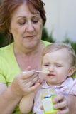 Großmutter und ihre Enkelin Stockfotografie