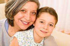Großmutter und junges Mädchen umarmen zusammen Portrait lizenzfreie stockfotos