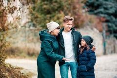 Großmutter und Kinder gehen in Park stockbilder