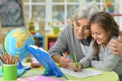 Großmutter- und Kinderzeichnung Stockfotos